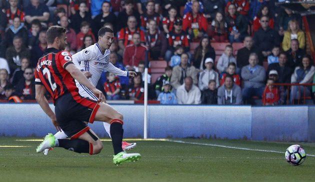 Záložník Chelsea Eden Hazard střílí gól do odkryté brány Bournemouthu.