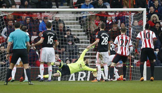 Branka Wahbiho Khazriho ze Sunderlandu proti Manchesteru United v zápase anglické Premier League. De Gea se natahoval marně.