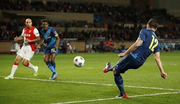 Útočník Arsenalu Olivier Giroud (vpravo) střílí gól proti Monaku v odvetném osmifinálovém duelu Ligy mistrů.
