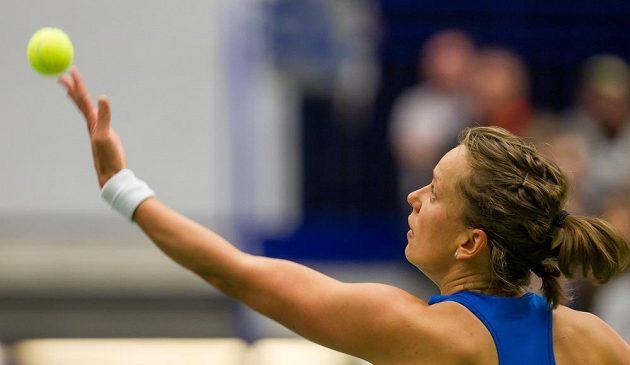 Česká tenistka Barbora Strýcová servíruje v utkání prvního kola Fed Cupu.