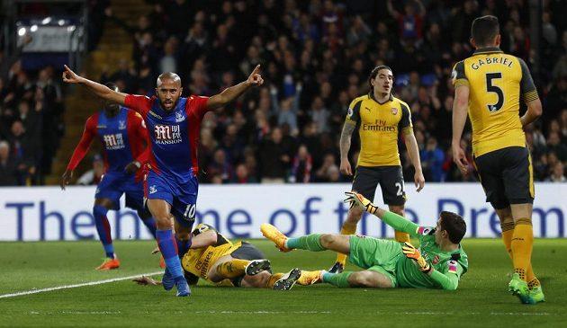 Andros Townsend z Crystal Palace se běží radovat z gólu k fanouškům.