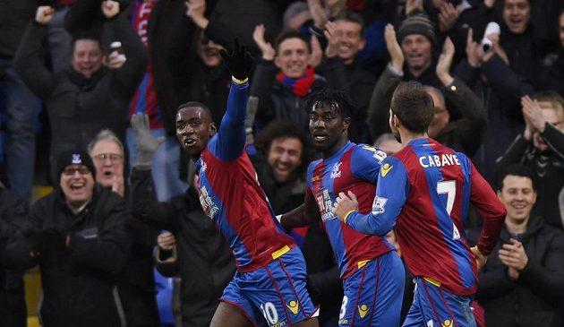 Yannick Bolasie (vlevo) slaví druhý gól Crystal Palace.