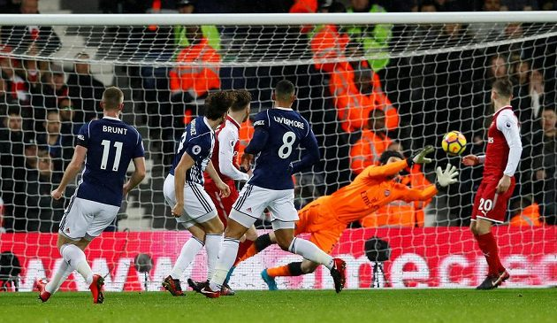 Petr Čech v brance Arsenalu zasahuje v utkání s West Bromwichem.