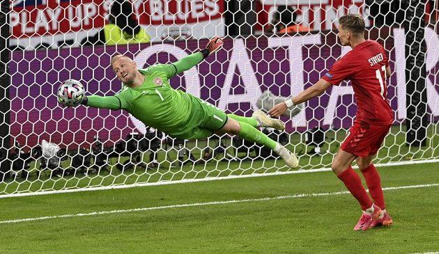 Parádní zákrok dánského brankáře Kaspera Schmeichela v semifinále EURO proti Anglii.