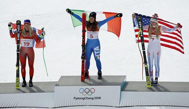 Trio nejlepších sjezdařek. Zleva stříbrná Ragnhild Mowinckelová z Norska, uprostřed zlatá Sofia Goggiaová z Itálie a Američanka Lindsey Vonnová, která získala bronz.