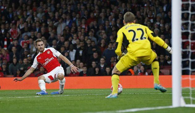 Aaron Ramsey z Arsenalu překonává brankáře Liverpoolu Simona Mignoleta. Gól neplatil pro údajný ofsajd.
