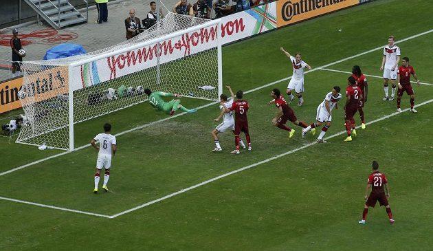 Německý fotbalista Mats Hummels dává druhý gól proti Portugalsku na MS v Brazílii.