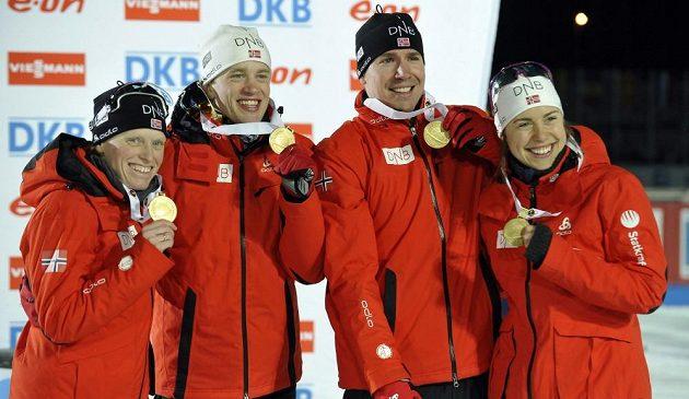Norská štafeta, zleva Tora Bergerová, Tarjei Böe, Emil Hegle Svensen a Synnöve Solemdalová, se zlatými medailemi.