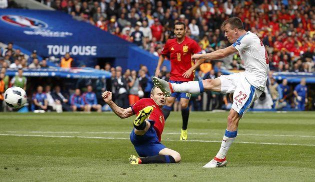 Vladimír Darida měl v samém závěru šanci vyrovnat, jeho střelu však gólman David de Gea (není na snímku) vyrazil.