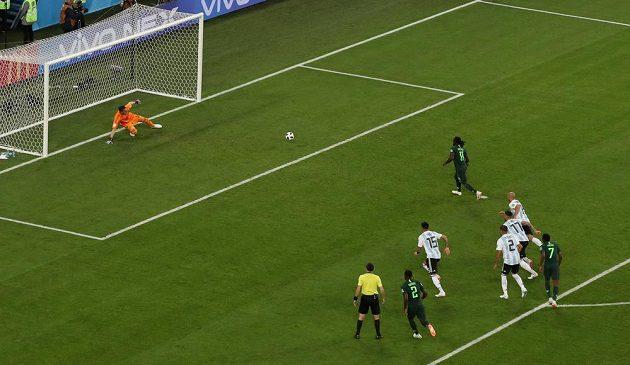 Nigerijec Victor Moses z penalty překonává argentinského brankáře Franca Armaniho.