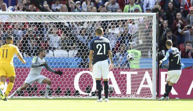 Francouzský útočník Antoine Griezmann (vpravo) neomylně proměňuje penaltu v zápase s Austrálií.
