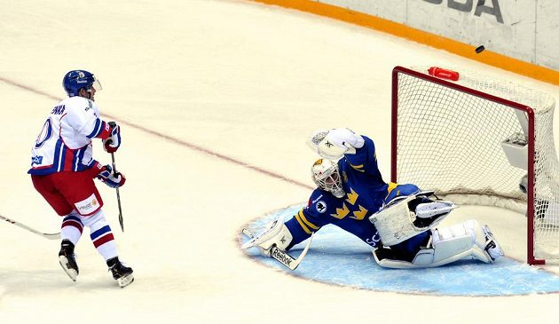 Roman Červenka v obrovské šanci před brankářem Švédska Henrikem Karlssonem mířil nad horní tyč.