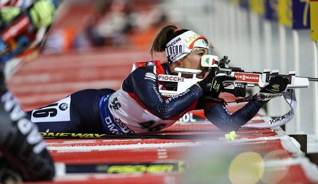 Italská biatlonistka Dorothea Wiererová při střelbě vleže.