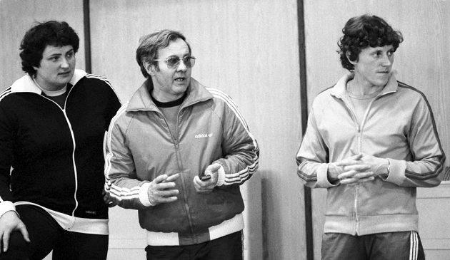 Miroslav Kváč na archivním snímku z 8. února 1981 z halového mistrovství ČSSR v Jablonci nad Nisou s koulařkou Helenou Fibingerovou (vlevo) a běžkyní Jarmilou Kratochvílovou.