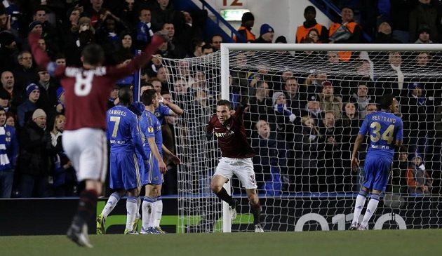 David Lafata (uprostřed) se raduje ze své trefy do sítě Chelsea.