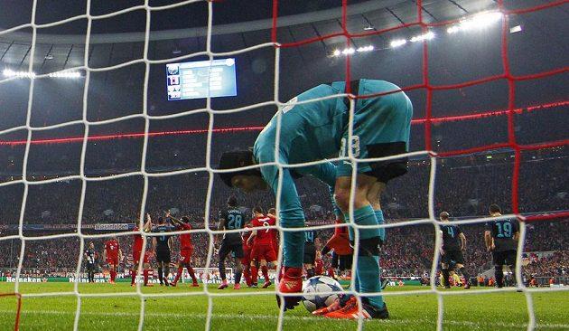 Brankář Arsenalu Petr Čech po inkasovaném gólu v utkání Ligy mistrů na stadiónu Bayernu Mnichov.