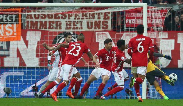 Chilský záložník Alexis Sánchez z Arsenalu v hlučku hráčů Bayernu. Přesto dokázal skórovat.