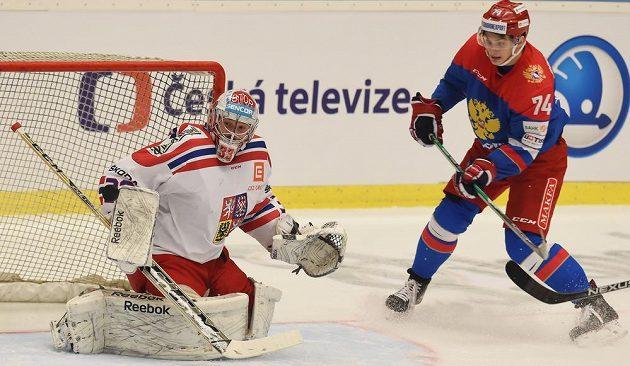 Nikolaj Prochorkin z Ruska před českým brankářem Dominikem Furchem.