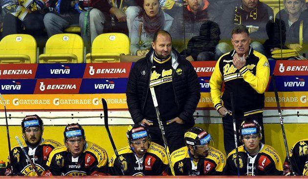 Pohled na litvínovskou střídačku, v pozadí zprava trenér Radim Rulík a jeden z jeho asistentů Jiří Šlégr.