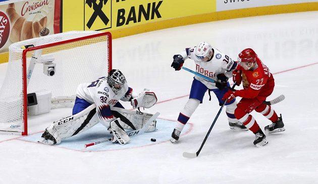 Ruský hokejový reprezentant Kirill Kaprizov se snaží prosadit v utkání mistrovství světa proti Norsku. Vše sleduje brankář Norska Henrik Haukeland, který je připravený zasáhnout.