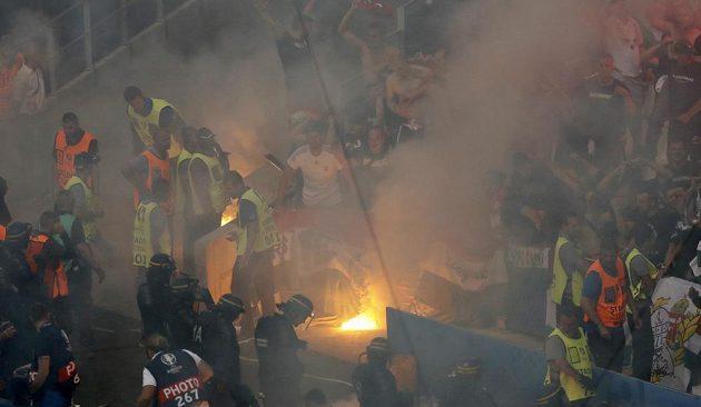 Nepokoje v hledišti při utkání Island - Maďarsko.