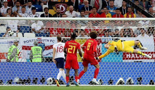 Anglický brankář Jordan Pickford inkasuje gól po střele Belgičana Adnana Januzaje.