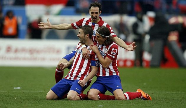Fotbalisté Atlétika Madrid Gabi Fernandez (vlevo), Juanfran Torres (nahoře) a Filipe Luis slaví gól v derby proti Realu Madrid.