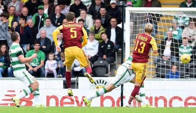 Záložník Marek Hanousek ukazuje, že právě vstřelil druhý ze svých tří gólů v zápase proti Celticu Glasgow.