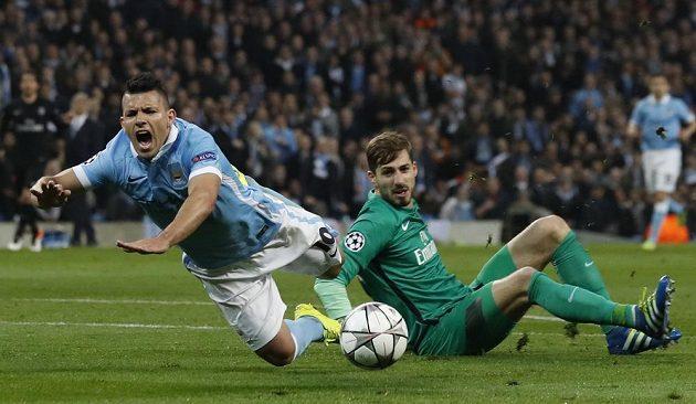 Útočník Manchesteru City Sergio Agüero je v šestnáctce faulován brankářem PSG Kevinem Trappem.
