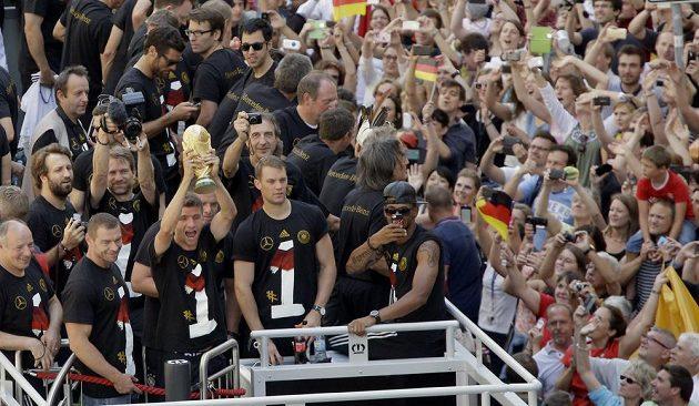 Thomas Müller ukazuje trofej německým fanouškům.