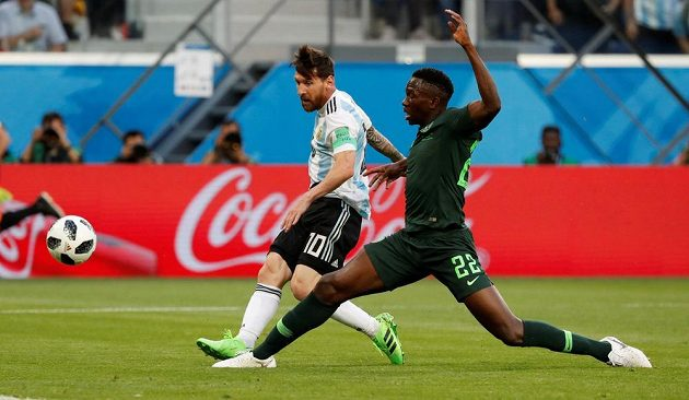 Argentina jde do vedení. Skóre otevřel Lionel Messi (10). Marně se natahuje Nigerijec Kenneth Omeruo.