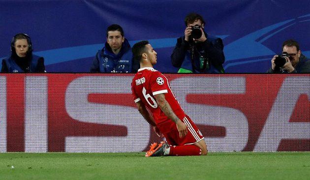 Thiago Alcantara z Bayernu po vstřelení vedoucího gólu v Seville.