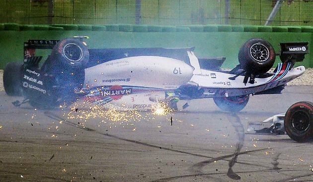 Spektakulární rej jisker z vozu Felipeho Massy oživil start GP Německa.