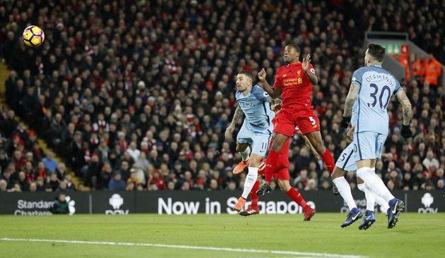 Georginio Wijnaldum z Liverpoolu (č. 5) střílí gól proti Manchesteru City v zápase 19. kola Premier League.