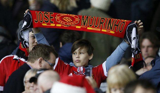 Louise van Gaala už fanoušci Manchesteru United odepsali? Před utkáním s Chelsea se na Old Trafford prodávaly šály s podobiznou Josého Mourinha.