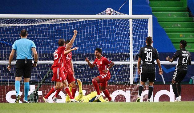 Serge Gnabry z Bayernu dává svůj druhý gól v semifinále Ligy mistrů.