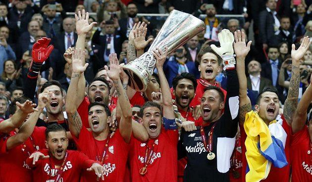 Obrovská radost hráčů Sevilly - kapitán Španělů Fernando Navarro zvedá trofej pro vítěze Evropské ligy.