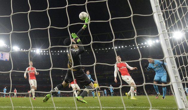 Petr Čech v nastaveném čase přidal další skvělý zákrok proti hlavičce Neymara.