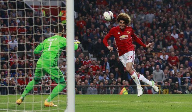 Marouane Fellaini střílí vedoucí gól Manchesteru United proti Celtě Vigo v odvetě semifinále Evropské ligy.