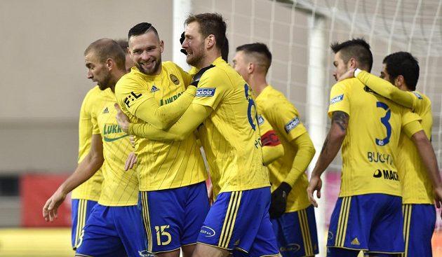 Hráči Zlína oslavují první gól Antonína Fantiše proti Opavě.