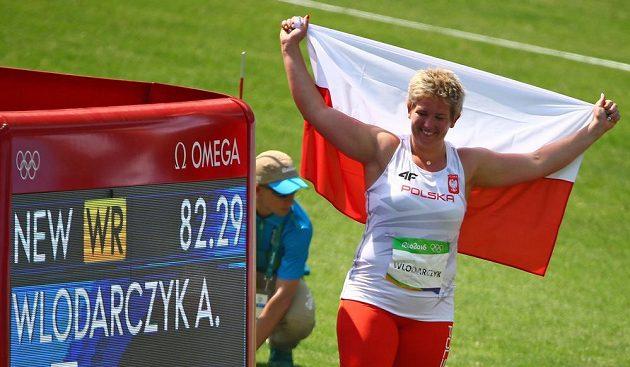 Anita Wlodarczyková s polskou vlajkou a připomínkou jejího nového světového rekordu.