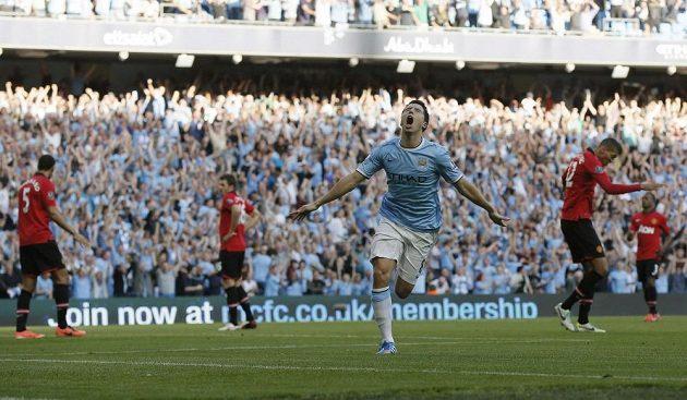 Záložník Manchesteru City Samir Nasri (třetí zleva) se raduje z gólu.