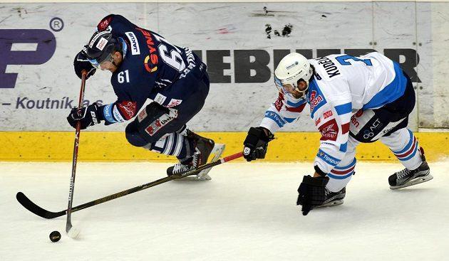 Zleva liberecký Milan Bartovič a Tomáš Kudělka z Chomutova.