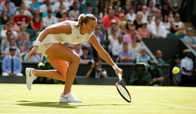 Petra Kvitová dobíhá míč v úvodním kole Wimbledonu.