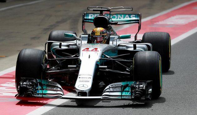 Brit Lewis Hamilton při závodě v Silverstonu.
