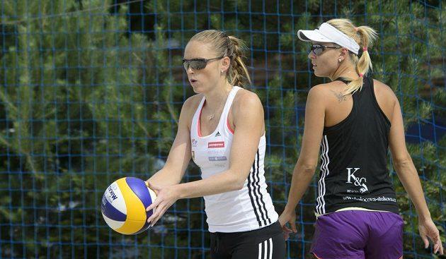 Plážové volejbalistky Kristýna Kolocová (vlevo) a Markéta Sluková při tréninku v Praze.