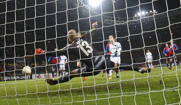 Plzeňský brankář Petr Bolek sice pokutový kop Nenada Adamoviče vyrazil, ale následnou dorážku hráče Dinama Minsk už zachytit nemohl.