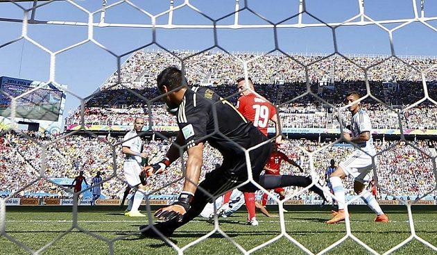 Argentinský brankář Sergio Romero likviduje velkou šanci Švýcara Granita Xhaky.
