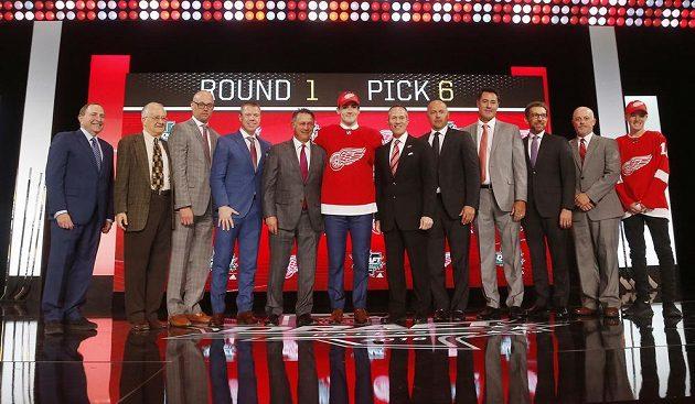 Filip Zadina (uprostřed) na draftu NHL 2018 s organizací Detroit Red Wings.