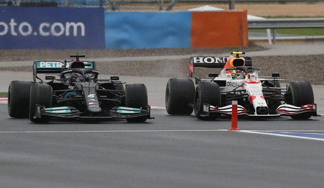 Těsný souboj mezi Lewisem Hamiltonem a Sergio Pérezem.